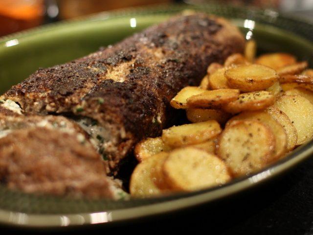 Köttfärsrulle med fetaoströra och krispig rondellpotatis