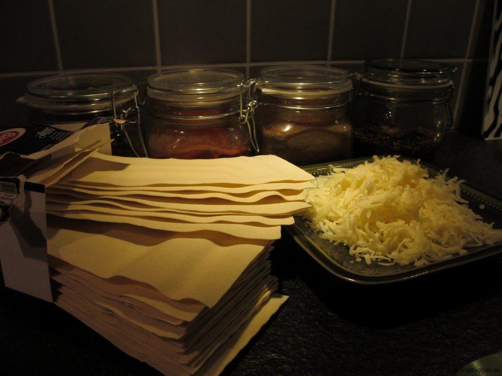 Lasagneplattor och riven cheddarost