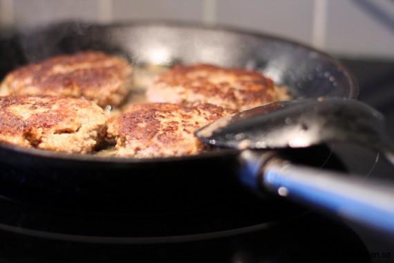 Köttfärsbiffar i stekpanna