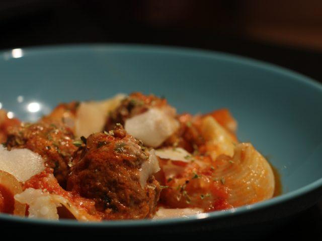 Mozzarellafyllda köttbulllar och lumaconi med salsicca.