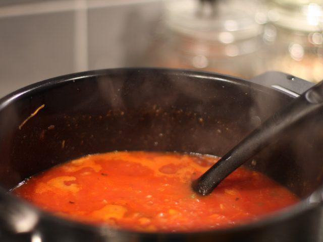 God tomatsås med nyttigheter.