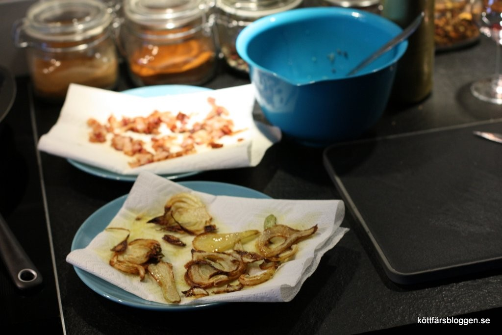 Torka fänkål och bacon efter stekning.