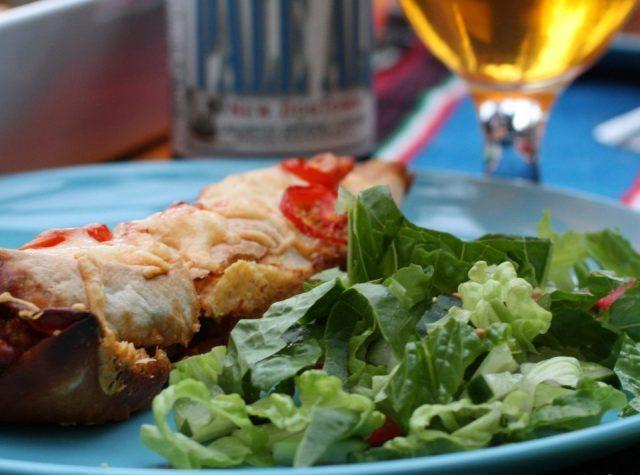 Enchiladas fyllda med köttfärslycka och tomat