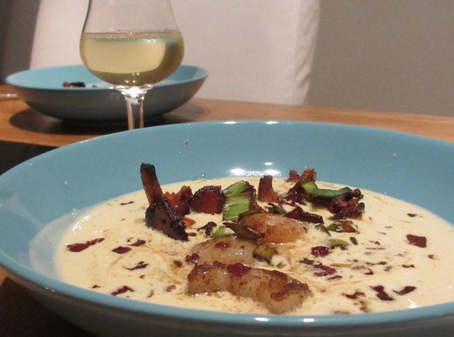 Kantarellsoppa med pilgrimsmusslor, bacon och friterad purjo