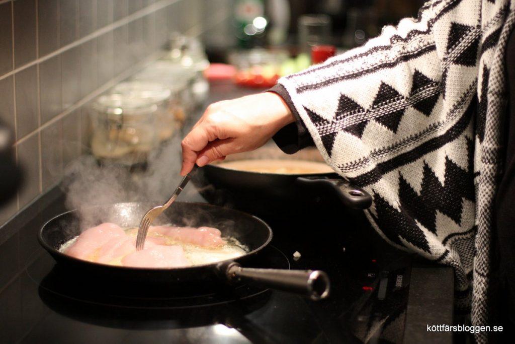 Stek kycklingfiléerna i panna.