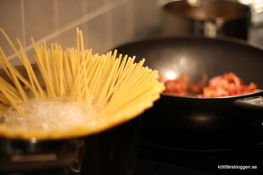 Pastan heter Bucatini, som tjockare spaghetti med hål.