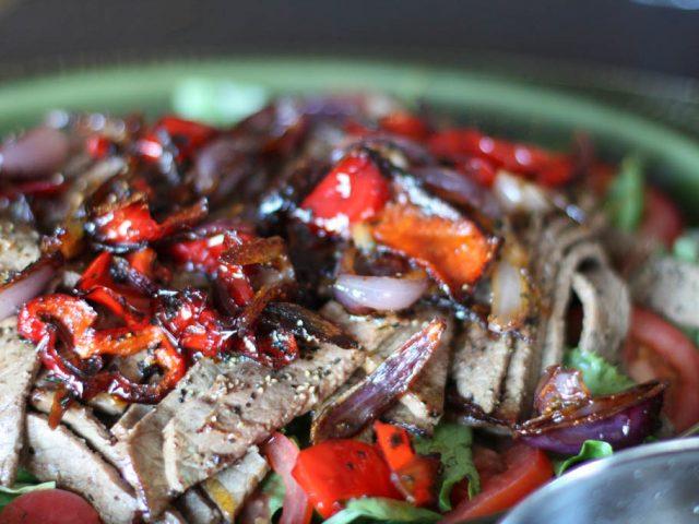 Biffsallad, het med ugnsstekta grönsaker