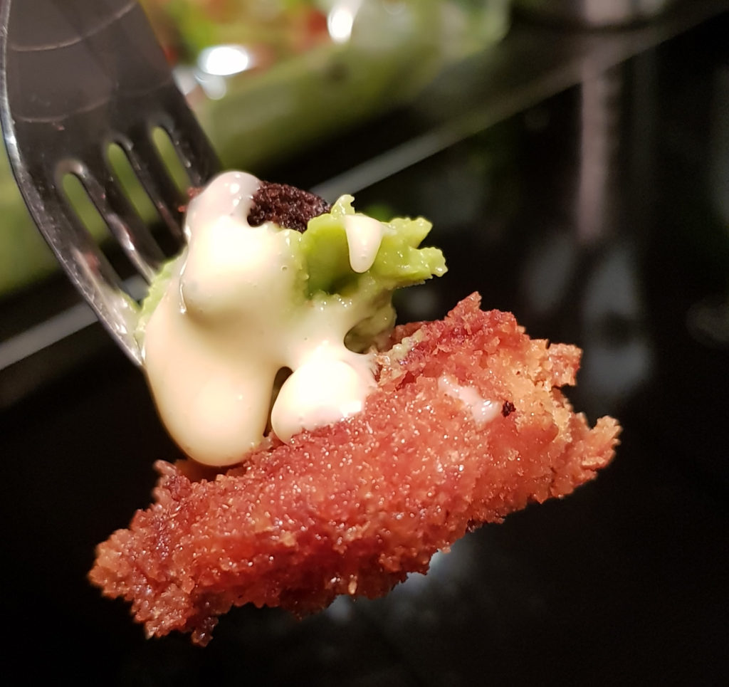 Perfekt gaffel med pankofriterad jätteräka, avokadoröra, friterad persilja toppad med aioli.