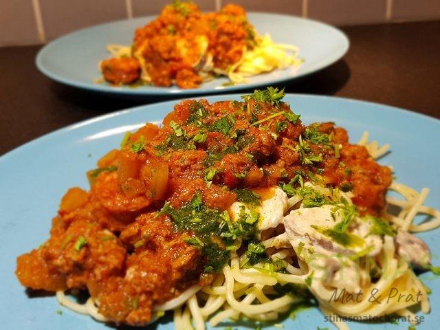 Rosmarin- och paprikaköttbullar med pasta och ostsås