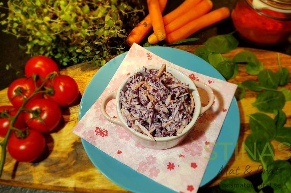 Coleslaw med rödkål, morötter och majonnäs
