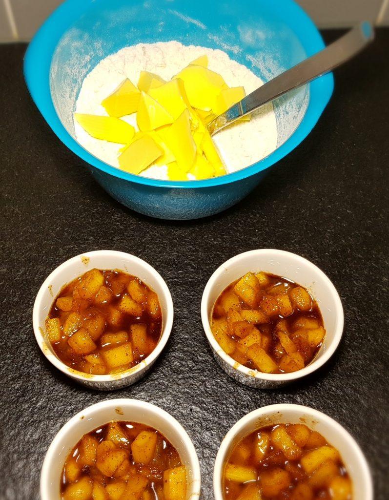Äppelpajer med smuldeg på gång
