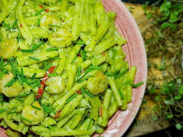 Jättegod pasta med pesto chilimarinerade stora räkor.