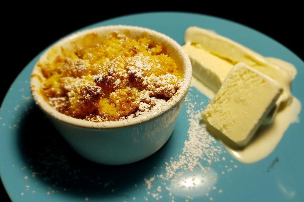 Äppelpaj med frasig smuldeg och vaniljglass