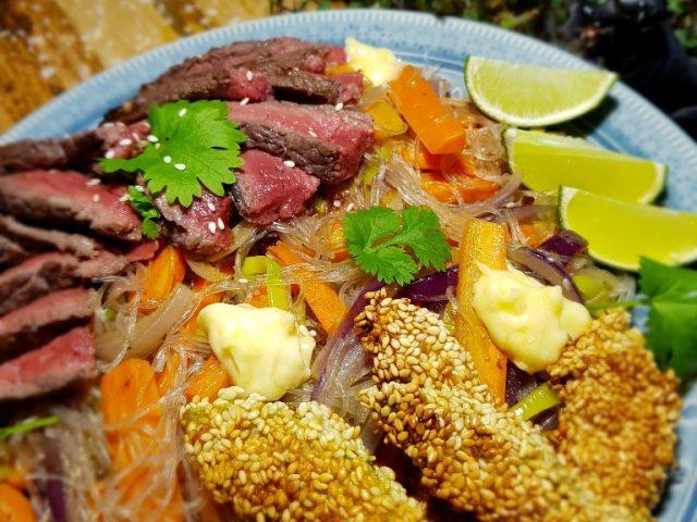 Högrev, glasnudlar och friterad avokado