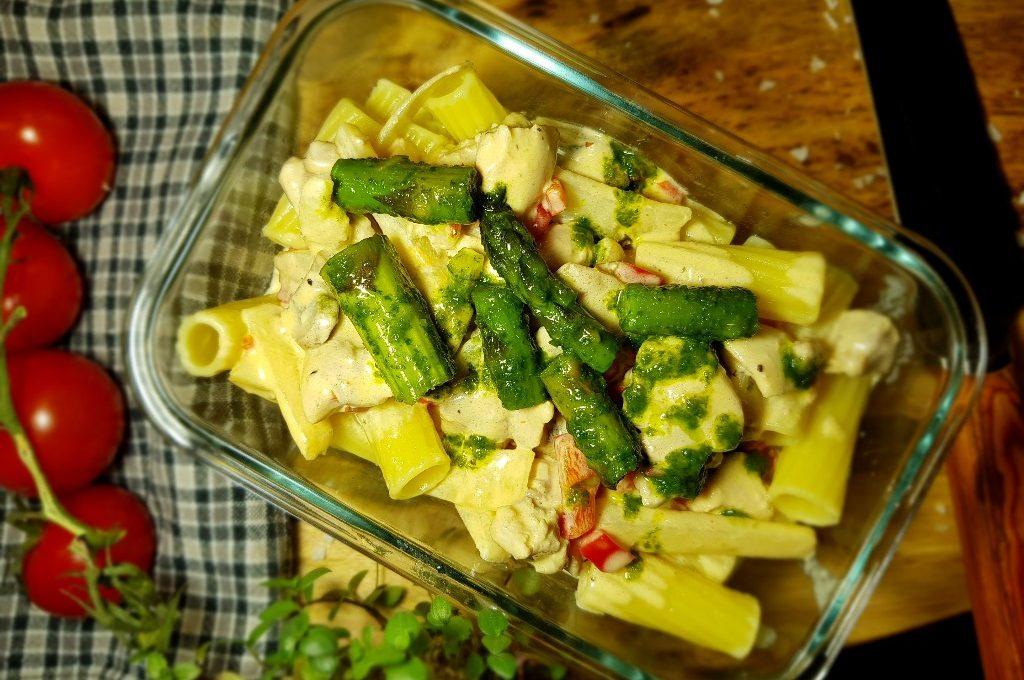 Kycklingpasta, chilicremé fraiche och basilikasparris