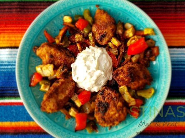 Hönsfärsjärpar med grillade grönsaker och tzatziki